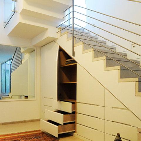 מדרגות עם מעקה מעל ארון