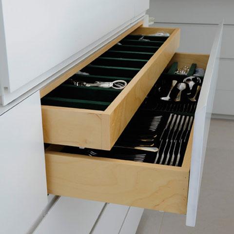 מגירות פתוחות בארון