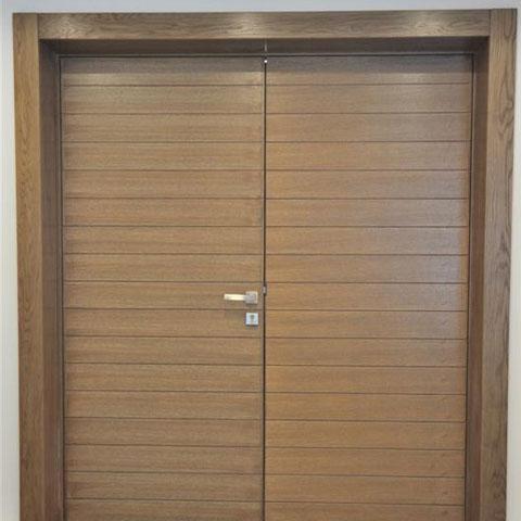 דלת כניסה כפולה בציפוי עץ
