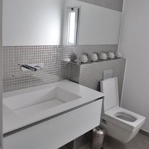 חדר שירותים עם כיור