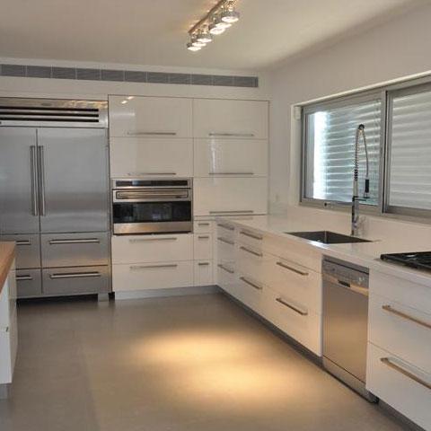מבט מורחב על מטבח עם כיור, תנור וכיריים