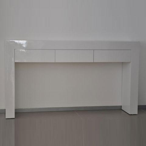 שולחן לבן עם מגירות