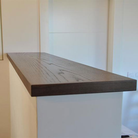 קיר עם מדף עץ