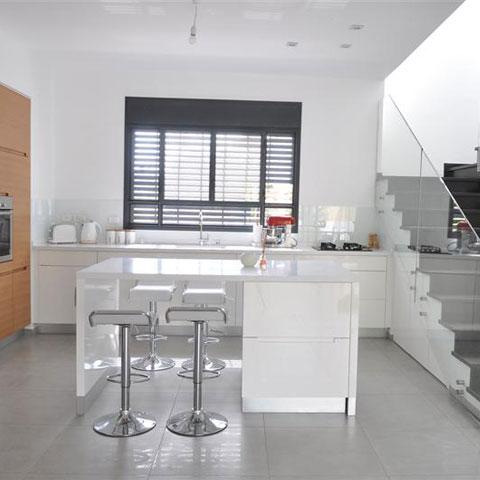 מטבח עם שוולחן אוכל קטן + מדרגות קטן