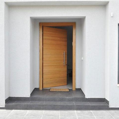דלת כניסה מעץ פתוחה