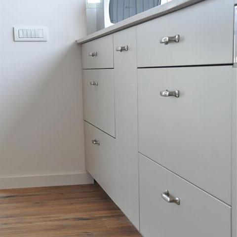 ארון ומגירות במטבח