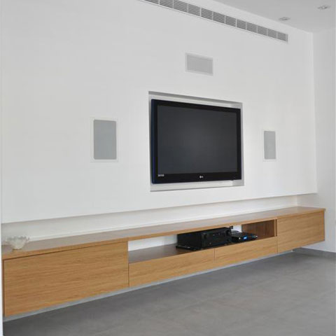 טלויזיה שקוע בקיר עם מזנון